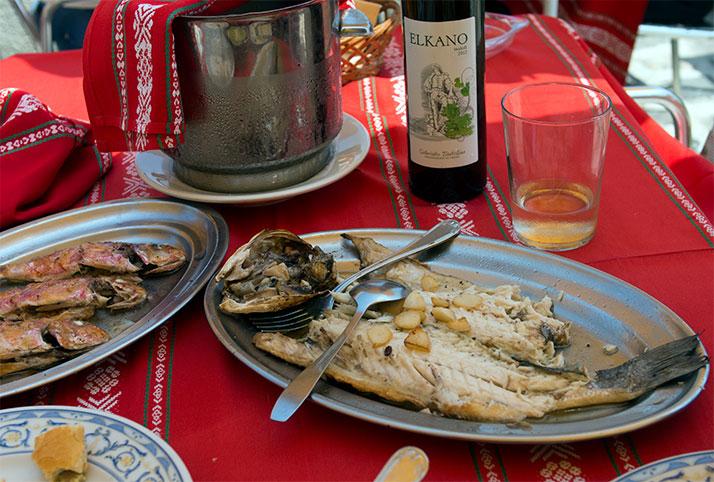 Pescado a la parrilla y una botella de txakoli en Getaria